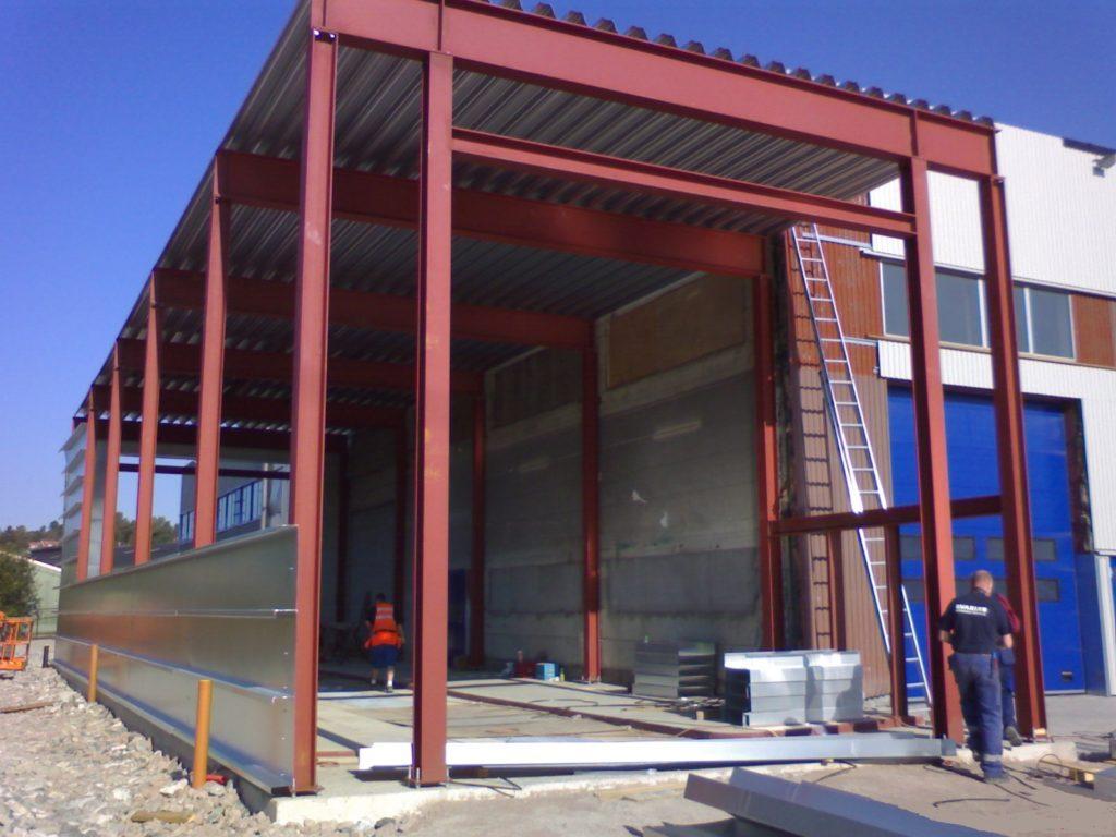 Stålkonstruksjon for lastebilvaskehall- under bygging